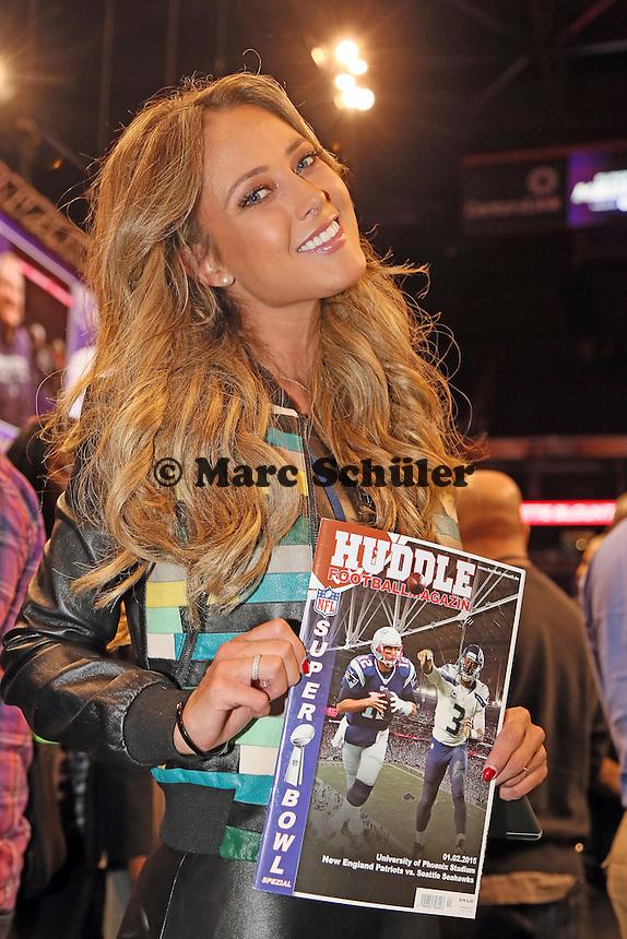 TV-Reporterin Vanessa Huppenkotten informiert sich beim Football Magazin HUDDLE - Super Bowl XLIX Media Day, US Airways Center, Phoenix