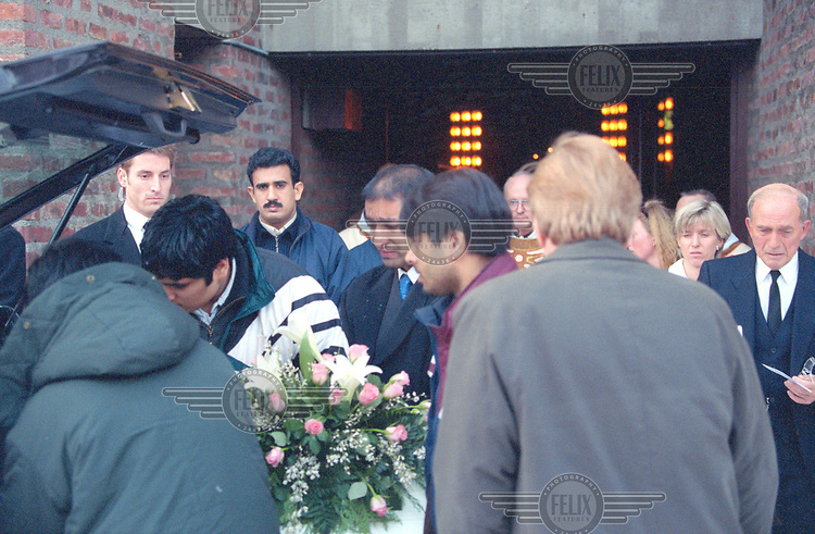 Shahid Rasool i sin datters begravelse, if&oslash;rt h&aring;ndjern. <br /> &copy;Fredrik Naumann/Felix Features
