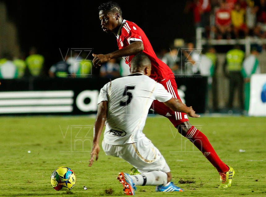 CALI -COLOMBIA-28-05-2014. Leyvin Balanta (Der) del America de Cali disputa el balon contra Luis Becerra de Llaneros del Meta ,Accion de juego entre los equipos America de Cali y Llaneros del Meta por el partido de ida de la semifinal del torneo Postobon en el estadio Pascual Guerrero de Cali. / Leyvin Balanta  (R) from America de Cali dispute the balloon against Luis Becerra  of  Llaneros of Meta  .Action game between teams from America of Cali and  Llaneros of  Meta for the first leg of the semifinal of the tournament Postobon Pascual Guerrero stadium in Cali Photo: Vizzorimage / Juan Carlos Quintero / Stringer