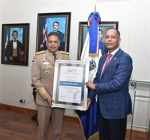 La entrega la hizo el director de la OPTIC, ingeniero Armando García, al ministro de Defensa teniente general Rubén Paulino Sem,  por el  crecimiento del MIDE en el uso de las TIC,  y por alcanzar el segundo lugar, además, en posición y puntuación con relación al año 2016, subiendo del lugar 91 al 35.