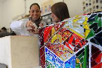 Istituto Statale d'Arte e Liceo Artistico Roma 2.Esercitazione didattica degli studenti della sezione di mosaico nel laboratorio..State Institute of Art and Art School Roma. Tutorial teaching of students in the section of mosaic in the laboratory.....