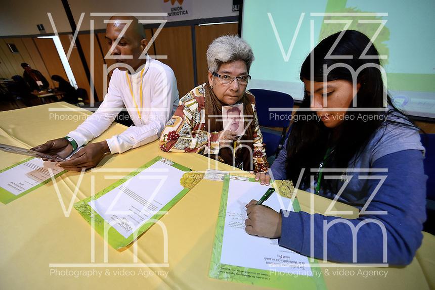"""BOGOTÁ -COLOMBIA. 11-10-2014. Participantes escriben una carta al gobierno colombiano durante la tercera jornada del Encuentro por la """"Dignidad de las Víctimas del Genocidio contra La UP"""" realizado hoy, 11 de octuber de 2014, en la ciudad de Bogotá./ Participants write a letter to the colombian government during the third day of the Meeting for the """"Dignity of Victims of Genocide against The UP"""" took place today, October 10 2014, at Bogota city. Photo: Reiniciar /VizzorImage/ Gabriel Aponte<br /> NO VENTAS / NO PUBLICIDAD / USO EDITORIAL UNICAMENTE / USO OBLIGATORIO DEL CRÉDITO"""