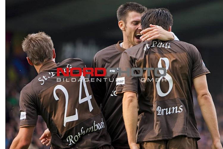 2.Liga FBL 2008/2009  1. Spieltag Hinrunde<br /> FC St.Pauli &ndash; vs. VFL Osnabrueck 2:2<br /> <br /> Florian Bruns (Nr.8) trifft in der 5.Spielminute als auch in der 8.Spielminute. Hier im Jubel mit Fabian Boll (Nr.17) und Carsten Rothenbach (Nr.24).<br /> <br /> <br /> <br /> Foto &copy; nph (nordphoto)<br /> <br /> *** Local Caption ***