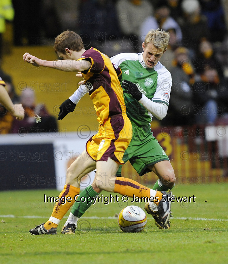 22/11/2008  Copyright Pic: James Stewart.File Name : sct_jspa08_motherwell_v_hibernian.DEAN SHIELS TRIES TO GET PAST MARK REYNOLDS.James Stewart Photo Agency 19 Carronlea Drive, Falkirk. FK2 8DN      Vat Reg No. 607 6932 25.Studio      : +44 (0)1324 611191 .Mobile      : +44 (0)7721 416997.E-mail  :  jim@jspa.co.uk.If you require further information then contact Jim Stewart on any of the numbers above.........
