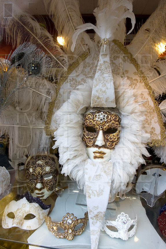 Maschere di carnevale in vetrina in un negozio di Venezia.<br /> Carnival masks displayed at a window shop in Venice.<br /> UPDATE IMAGES PRESS/Riccardo De Luca