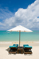 MUS, Mauritius, Grand Baie: Royal Palm Hotel - Strand, Sonnenschirm; zwei Strandliegen | MUS, Mauritius, Grand Baie: Royal Palm Hotel - beach, parasol, two deck chairs