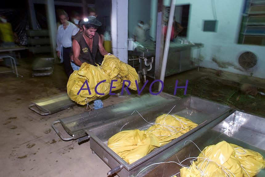 Os corpos de 26 garimpeiros assassinados por indios Cinta Larga na reserva indígena Roosevelt ao sul do estado chegam ao instuituto médico legal para a necropsia. onde são conferidos.<br /> Porto Velho, Rondônia, Brasil.<br /> 19/04/2004<br /> Fotos Paulo Santos