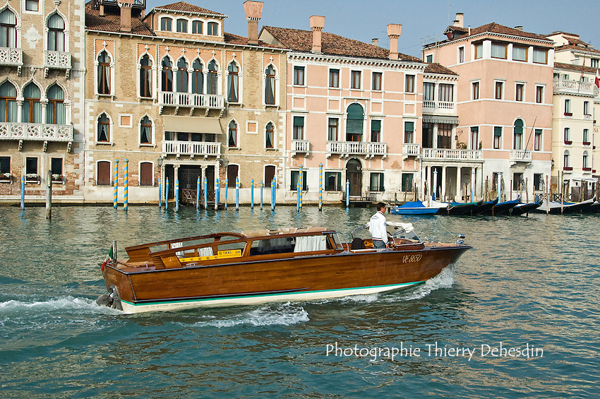 Taxi sur le Grand Canal..(Venise, Octobre 2006)