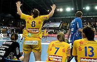 Handball Frauen / Damen  / women 1. Bundesliga - DHB - HC Leipzig : Frankfurter HC - im Bild: Feature Motivation Teamplay - Maike Daniels versucht ihre Mannschaftskolleginnen von der Bank aus zu motivieren . Foto: Norman Rembarz .