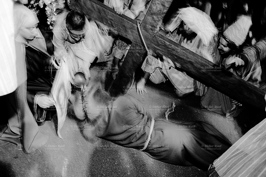 Switzerland. Canton Ticino. Mendrisio. The Good Friday Procession. Religious and liturgical character of the historical procession. Jesus Christ is on the ground during the reconstitution of the Way of the Cross. Large Holy Cross made of wood.  © 2001 Didier Ruef