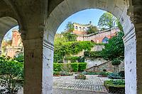 France, Sarthe (72),  Poncé-sur-le-Loir, jardin du château de Poncé en avril, façade nord du château et  patio, galerie à l'italienne et la terrasse Caroline dominante