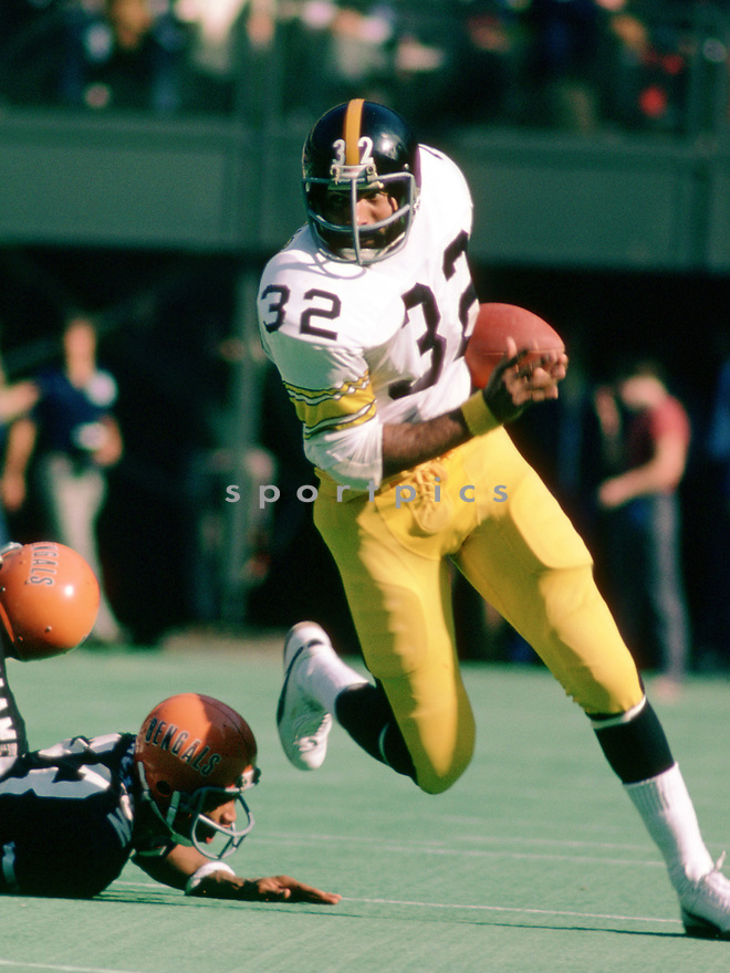 Pittsburgh Steelers Franco Harris (32), in action during a game from his 1975 season with the Pittsburgh Steelers. Franco Harris played for 13 seasons with 2 different teams, was a 9-time Pro Bowler and was inducted to the Pro Football Hall of Fame in 1990.(SportPics)