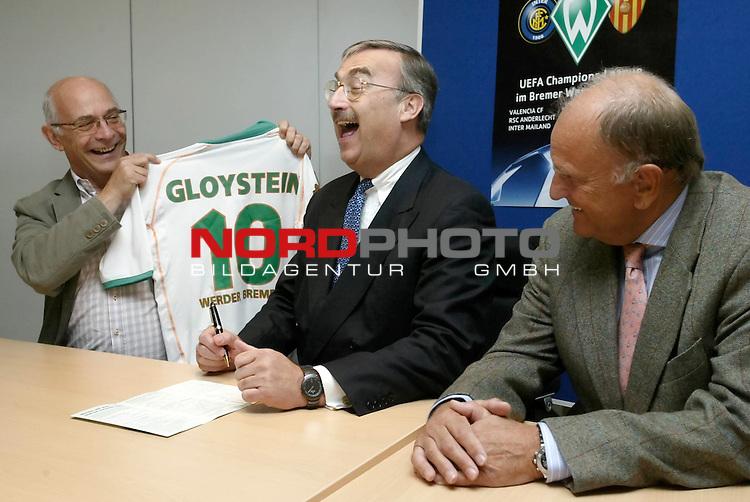 Senator Dr. Gloystein neues Mitglied bei Werder Bremen<br /> <br /> Senator Dr. Peter Gloystein (Mitte) wurde heute neues Mitglied beim Bremer Bundesligisten Werder Bremen. Dr. Gloystein ist das numehr 18.110te Mitglied des Vereins. Klaus-Dieter Fischer (links) vom Aufsichtsrat und der Vorstandsvorsitzende Juergen L. Born (rechts) von Werder Bremen ueberreichten ein Trikot dem Bremer Senator fuer Wirtschaft und Haefen.<br /> <br /> Foto &copy; nordphoto - Ruediger Lampe<br /> <br />  *** Local Caption *** Foto ist honorarpflichtig! zzgl. gesetzl. MwSt.<br /> Belegexemplar erforderlich<br /> Adresse: nordphoto<br /> Georg-Reinke-Strasse 1<br /> 49377 Vechta