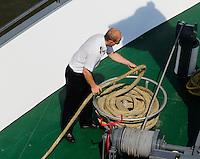 Bemanningslid van rondvaartboot in Rotterdam rolt het landvast op