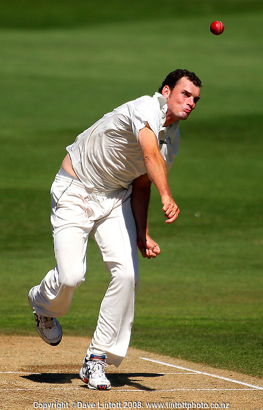 Kyle Mills bowls. National Bank Test Match Series, New Zealand v England, 2nd Test at Allied Prime Basin Reserve, Wellington, New Zealand. Day 3. Saturday, 15 March 2008. Photo: Dave Lintott / lintottphoto.co.nz