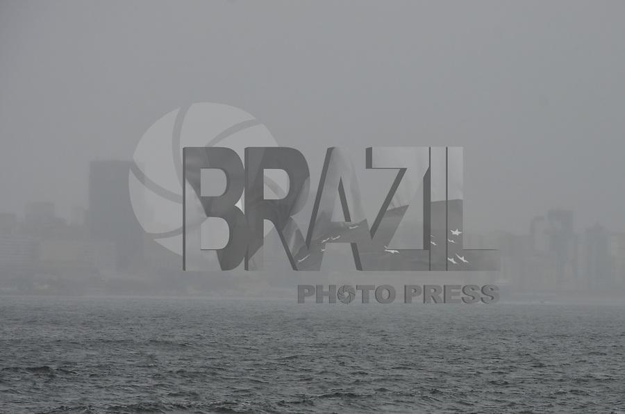 ATENCAO EDITOR: FOTO EMBARGADA PARA VEICULOS INTERNACIONAIS. - RIO DE JANEIRO, RJ,26 DE SETEMBRO 2012 - ELEICOES 2012- CLIMA TEMPO NA CAPITAL FLUMINENSE- Vista da cidade do Rio de Janeiro nesta quarta feira de ceu encoberto, chuva e tempo frio no Rio de Janeiro.(FOTO: MARCELO FONSECA / BRAZIL PHOTO PRESS).