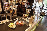 Commessa di un supermercato (G20) con mezzi di protezione antivirus Alla cassa