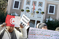 Roma, 10 Febbraio 2013.Via Asmara.Ambasciata di Tunisia.Manifestazione organizzata dal Fronte Popolare tunisino in Italia contro il governo accusato dell'assassinio del dirigente del Fronte Chokri Belaid..Degage troika, via il governo.