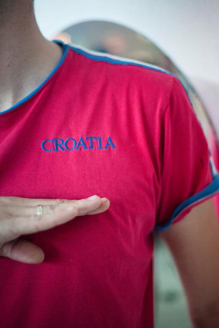 Ein junger Mann imitiert einen Hittlergruß unter der kroatischen Flagge, die auf sein T-Shirt gedruckt ist. Während des zweiten Weltkriegs kooperierte die kroatische Regierung mit dem dritten Reich unter dem Namen Ustascha. Bis heute gilt das Ustascha Regime unter vielen jungen Leuten als legitimes Regime, dass für die Unabhängigkeit Kroatiens gekämpft hat / A youg man imitates Hitler salute under the Croatian Flag printed on his T-Shirt. During the second World War, Croatia cooperated with the German third reich under the name Ustascha. Until today a huge amount of young people in Croatia think of the Ustascha Regime as a legimate way of the Croatian struggle to become independent.<br />Der kleine Ort Neum liegt in Bosnien-Herzegovina und bildet den einzigen Zugang zum Meer des Balkanlandes. Auf einer Länge von 9 km durchschneidet der Ort das kroatische Staatsgebiet (Neum-Korridor) Seit dem EU-Beitritt Kroatiens ist Neum auf beiden Seiten von EU-Außengrenzen eingeschlossen. / The small city of Neum in Bosnia and Herzegovina is the only place in Bosnia, where the country has access to the adriatic sea. Over a length of 9 kilometers the area cuts Croatian territory in two pieces. Since Croatia became part of the European Union, the city of Neum is enclosed between two EU-boarders.