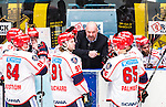 Stockholm 2014-12-01 Ishockey Hockeyallsvenskan AIK - S&ouml;dert&auml;lje SK :  <br /> S&ouml;dert&auml;ljes tr&auml;nare coach Jan Janne Karlsson i aktion under en tmeout med S&ouml;dert&auml;ljes spelare under matchen mellan AIK och S&ouml;dert&auml;lje SK <br /> (Foto: Kenta J&ouml;nsson) Nyckelord:  AIK Gnaget Hockeyallsvenskan Allsvenskan Hovet Johanneshov Isstadion S&ouml;dert&auml;lje SSK tr&auml;nare manager coach diskutera argumentera diskussion argumentation argument discuss timeout