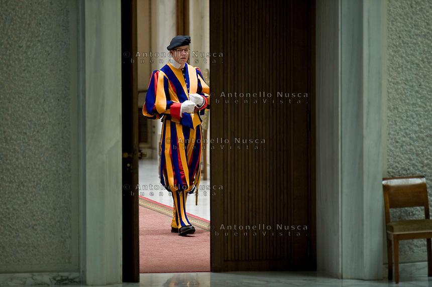 Una guardia svizzera all'interno dell'Aula Paolo Sesto in Vaticano