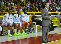 BOGOTÁ -COLOMBIA. 31-05-2014. Nelson Cardozo entrenador de Cafeteros de Armenia gesticula durante quinto partido con Guerreros de Bogotá por los playoffs semifinales de la  Liga DirecTV de Baloncesto 2014-I de Colombia realizado en el coliseo El Salitre de Bogotá./ Nelson Cardozo coach of Cafeteros de Armenia gestures during 5th game against Guerreros de Bogota for the playoffs semifinals of the DirecTV Basketball League 2014-I in Colombia played at El Salitre coliseum in Bogota. Photo: VizzorImage/ Gabriel Aponte / Staff