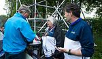 BLOEMENDAAL   - Hockey -  3e en beslissende  wedstrijd halve finale Play Offs heren. Bloemendaal-Amsterdam (0-3). Ineke Blok  met Robert Masseux . links Michiel Bruning.   Amsterdam plaats zich voor de finale.  COPYRIGHT KOEN SUYK