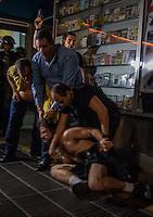 SAO PAULO, 23-06-2014 - ATO CONTRA A COPA DO MUNDO - Em ato contra a copa do mundo FIFA 2014, manifetstante é preso e policiais civis disparam com armas de fogo na avenida Paulista. (Foto Jardiel Carvalho -Brazil Photo Press).