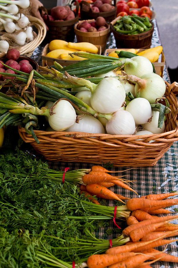 Fresh Food Locally Grown - Produce, fruit and veggies at Farmer's markets, from the farm to the table - fresh offerings