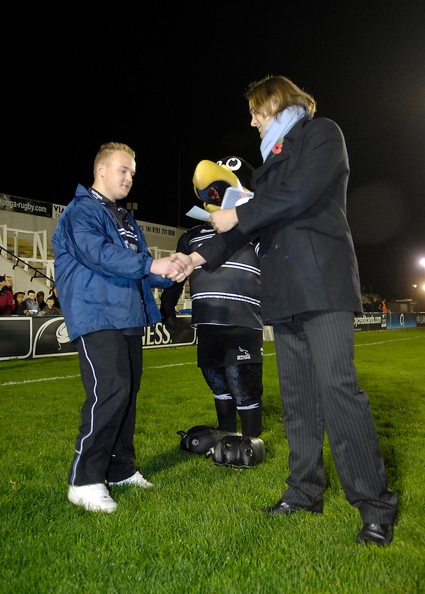 Photo: Jed Wee..Newcastle Falcons v NEC Harlequins. Guinness Premiership. 11/11/2006...Andy Buist gives out certificates at the pre-match presentation.