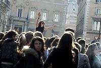 """Roma, 11 novembre 2011.Piazza Santi Apostoli.Nella Giornata di Occupy everything contro la finanza e le banche gli studenti del liceo Montale hanno manifestato contro i tagli alla cultura e riprodotto """"la Primavera di Botticelli"""" e """"il Quarto Stato"""" di  Pellizza Da Volpedo"""