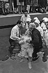 Chrzest nowych czonków Zgromadzenia Świadków Jehowy. Kraków, połowa lat 70. XX wieku