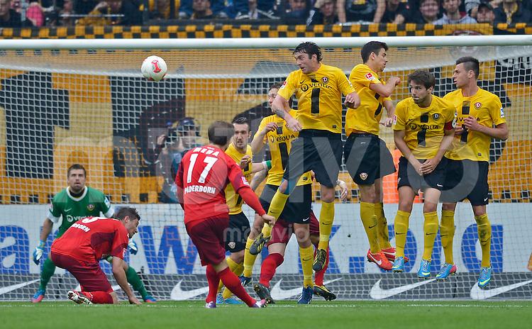 Fussball, 2. Bundesliga, Saison 2012/13, SG Dynamo Dresden - SC Paderborn, Freitag (03.05.13),  Paderborns Alban Mehla verwandelt einen Freistoss zum 1:1.
