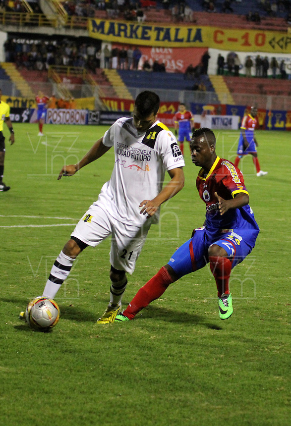 PASTO - COLOMBIA -07-03-2015: John Montaño (Der.) jugador de Deportivo Pasto disputa el balón con Juan Arboleda (Izq.) jugador del Alianza Petrolera durante partido Deportivo Pasto y Alianza Petrolera por la fecha 8 de la Liga Aguila I 2015, jugado en el estadio Libertad de la ciudad de Pasto.  / John Montaño (R) player of Deportivo Pasto fights for the ball with Juan Arboleda (L) player of Alianza Petrolera during a match Deportivo Pasto and Alianza Petrolera for the date 8 of the Liga Aguila I 2015 at the Libertad stadium in Pasto city. Photo: VizzorImage. /Leonardo Castro / Str.