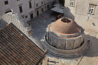 Big Onofrio's fountain, built 1438-40 by Onofrio della Cava, a 16-sided structure with cupola by Petar Martinov, at the end of a city aqueduct used to collect rainwater from the rooftops, on Poljana Paskoja Milicevica, in front of the Holy Saviour Church, Old Town, Dubrovnik, Croatia. The city developed as an important port in the 15th and 16th centuries and has had a multicultural history, allied to the Romans, Ostrogoths, Byzantines, Ancona, Hungary and the Ottomans. In 1979 the city was listed as a UNESCO World Heritage Site. Picture by Manuel Cohen