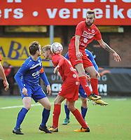 FC GULLEGEM - FC RUPEL BOOM :<br /> bizar duel tussen Jeroen Mertens (L) en de Gullegemse spelers Indy Vancraeyveldt (M) en Laurenz Simoens (R)<br /> <br /> Foto VDB / Bart Vandenbroucke