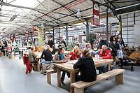 Nederland Zaandam 2016 04 17.  Yada Yada markt . De Yada Yada markt is gevestigd in een van de hallen op het Hembrugterrein.Geen plastic tasjes of bestek, maar echt servies en biologisch afbreekbare bekers. De indoor markt opent 1 april en is een smeltkroes van culturen, geuren, smaken en producten vanuit alle windstreken. YADA YADA wil de eerste foodmarkt van Nederland worden waar uitsluitend duurzame producten worden gebruikt. YADA YADA is een concept uit Zuid-Afrika. De eigenaren hebben besloten van de YADA YADA Market de eerste zero-waste markt van Nederland te maken.  Foto Berlinda van Dam / Hollandse Hoogte