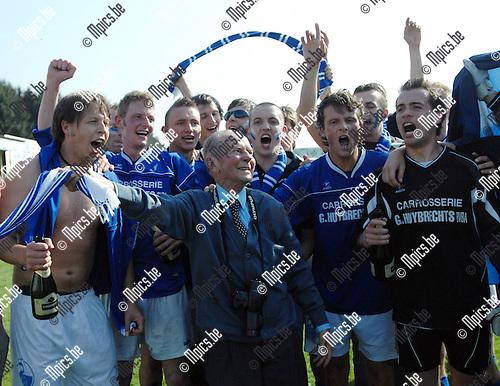 2007-04-22 / KVC Veerle Sport - FC Zwaneven: vreugde bij spelers en supporters van Zwaneven