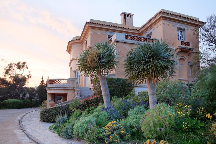 Le Domaine du Rayol: l'Hôtel de la Mer et le jardin des Canaries le soir.