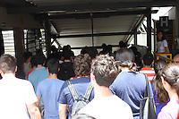 GUARULHOS, SP, 2014/01/05 - FUVEST - Segunda Fase - Candidatos chegam para o início da Segunda fase da Fuvest.<br /> Na foto, Universidade de Guarulhos - UNG, na cidade de Guarulhos, grande São Paulo, neste domingo, 05. <br /> (Foto: Geovani Velasquez / Brasil Foto Press).