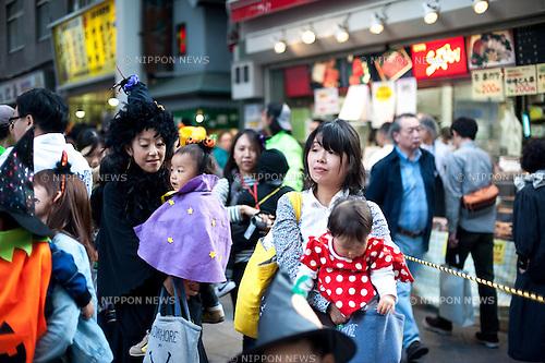 October 31, 2012, Tokyo, Japan - Japanese kids andmother pose for pictures during Kichijoji Halloween Festival 2012 near the Kichijoji station, Tokyo Japan. (Photo by Yumeto Yamazaki/AFLO)