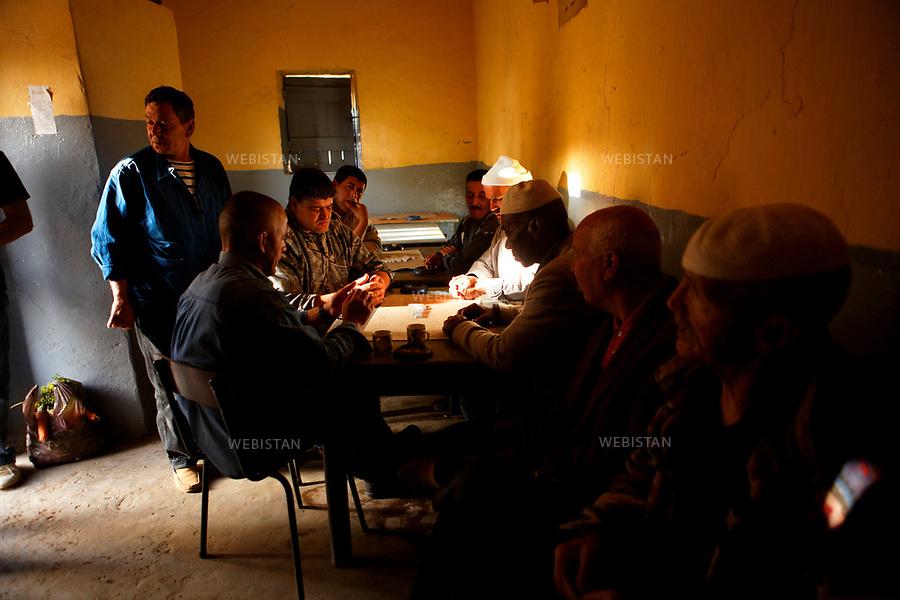 Algerie. Kristel. Region oranaise. 16  Avril 2011.Jeux de dominos au cafe pour les hommes du village apres une dure journee de labeur de ces agriculteurs ou ces pecheurs.<br /> <br /> <br /> Algeria, Kristel., Oranian region. April 16th 2011<br /> Game of dominoes in a cafe for men of the village after a long day of labor for these farmers or fishermen.