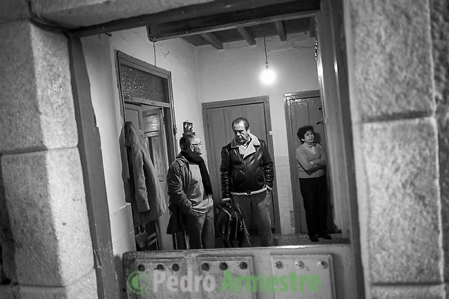 2012-12-26. Pere&ntilde;a, Salamanca..Luis Rodr&iacute;guez es m&eacute;dico rural en la comarca de Las Arribes (Salamanca), una de las m&aacute;s envejecidas y despobladas de Espa&ntilde;a. La mayor&iacute;a de los pacientes de esta zona son octogenarios que viven en municipios de menos de 500 habitantes como Pere&ntilde;a o Cabeza de Framontanos. El trabajo del m&eacute;dico rural es similar al de cualquier m&eacute;dico de familia, salvo por las largas distancias que tienen que recorrer para visitar a los pacientes. En algunos pueblos no hay ni siquiera dispensario y es el doctor el que se desplaza a las casas. Esta profesi&oacute;n tampoco se libra de los recortes sanitarios. Por ejemplo, Castilla y Le&oacute;n ha decidido suprimir las guardias m&eacute;dicas rurales en 16 puntos de su geograf&iacute;a. (c) Pedro ARMESTRE.<br />  Luis Rodr&iacute;guez works as a rural doctor in the region of Las Arribes (Salamanca), one of the most aged and depopulated of Spain. The majority of the patients of this zone are octogenarian that live in very small towns with no more than 500 inhabitants as Pere&ntilde;a or Cabeza de Framontanos. The work of the rural doctor is similar to any other general doctor, except for the long distances that they have to cross. The rural doctor usually moves with his car to the houses of the patients in zones with difficulties to access. The development and the cuts in the budget of the Spanish health can make eliminate this profession. (c) Pedro ARMESTRE
