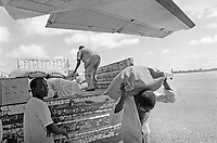 - Mozambique 1993, delivery of flour humanitarian aid in Beira airport, province of Sofala<br /> <br /> - Mozambico 1993, consegna  di farina aiuto umanitario al nell'aereoporo di Beira, regione di Sofala