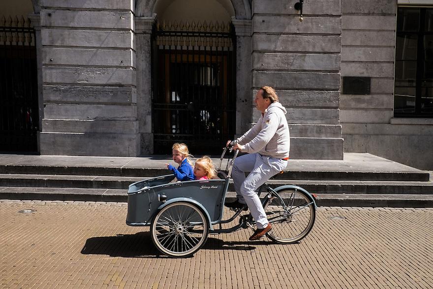 Nederland, Utrecht, 30 mei 2015<br /> Man met moderne bakfiets om zijn kinderen te vervoeren.  <br /> Foto: Michiel Wijnbergh