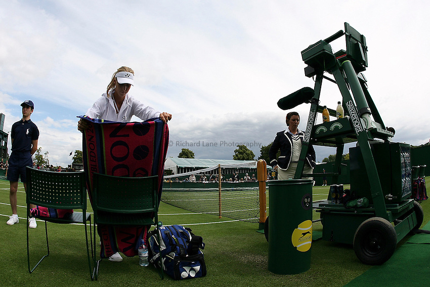 Photo: Paul Thomas..Wimbledon Championships. 27/06/2007...Elena Dementieva (RUS) comes back after the rain delay, his morning, to finish her match against Nathalie Dechy.