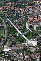 Kreisflug: EUROPA, DEUTSCHLAND, NIESDERSACHSEN, (EUROPE, GERMANY), 8.05.2008: Segelflugzeug, DG 800, Kreis, Flug, fliegen, Segelflug, Luftbild, Luftansicht,  Aufwind, schnell, verwischt, steigen, kurbeln, Thermik, .