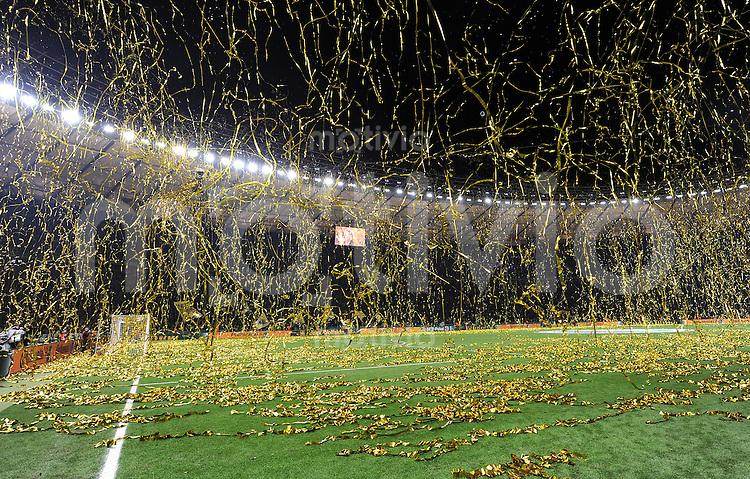 FUSSBALL      DFB POKAL FINALE       SAISON 2011/2012 Borussia Dortmund - FC Bayern Muenchen   12.05.2012 Das Berliner Olympiastadion im Konfetti Regen