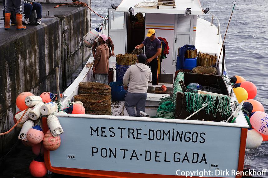 Fischerboot in Mosteiros auf der Insel Sao Miguel, Azoren, Portugal