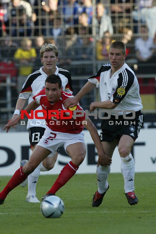 U21 - EM 2004 - Gruppe B<br /> Deutschland vs. Schweiz 2:1<br /> Bastian Schweinsteiger (links) und Thomas Hitzlsperger (rechts) von Deutschland im Zweikampf mit Philipp Degen (Mitte) von der Schweiz.<br /> Foto &copy; nordphoto - Ruediger Lampe<br /> <br />  *** Local Caption *** Foto ist honorarpflichtig! zzgl. gesetzl. MwSt.<br />  Belegexemplar erforderlich<br /> Adresse: nordphoto<br /> Georg-Reinke-Strasse 1<br /> 49377 Vechta